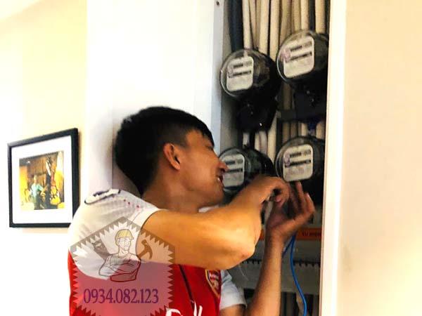 Thợ lắp đồng hồ điện phòng trọ